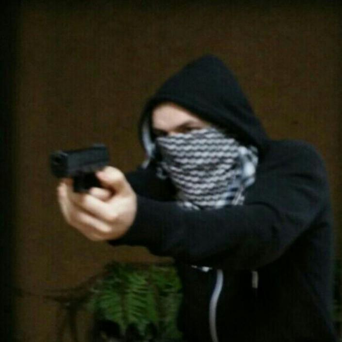 Maskierter mit Airsoftwaffe